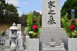 雰囲気が明るい洋型の墓石やデザイン墓石は気軽にお墓参りが出来る雰囲気づくりに最適
