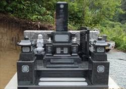 加工によって様々なデザインがある墓石